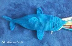 Estojo de crochê em formato de tubarão.  Cor: Azul.  Tamanho: 9 cm altura, 9 cm de largura e 24 cm de comprimento.