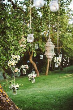 Flores y velas en vasos de cristal colgantes ¡Divina idea!