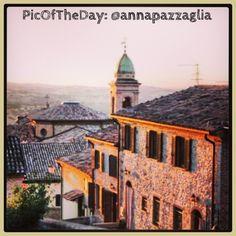 La #PicOfTheDay #turismoer oggi ci porta a passeggiare per il borgo di #Verucchio nella luce del #tramonto #Valmarecchia #Rimini Complimenti e grazie a @Anna Pazzaglia
