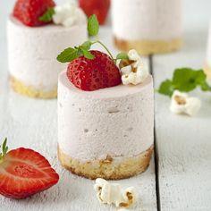 Amazing Strawberry mousse with mascarpone Desserts Thermomix, No Cook Desserts, Mini Desserts, Chocolate Desserts, Just Desserts, Delicious Desserts, Yummy Food, Chocolate Chocolate, Chocolate Covered