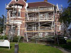 Strange as this may seem but I think the scaffolding adds to the appeal of the facade. Temporary Structures, Metal Pipe, Scaffolding, Construction Materials, Need To Know, Facade, Cabin, Architecture, House Styles