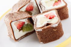 Y para el postre…¿sushi? Utiliza crepas de chocolate, queso crema y las frutas de tu preferencia. ¡Sencillo y muy original! www.facebook.com/video.php?v=632299483564395&fref=nf Sushi Roll Recipes, Candy Recipes, Crepes And Waffles, Pancakes, Asian Desserts, Sushi Rolls, Chocolate Desserts, I Foods, Sweet Tooth
