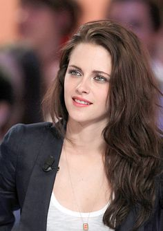KStew kept it simple and clean for a recent appearance in Paris to promote Snow White and the Huntsman—get her look! Kristen Stewart was picture perfect at a May 9 television show appearance on Le … Kristen Stewart Twilight, Kristen Stewart Hair, Kristen Stewart Pictures, Kirsten Stewart, Hollywood Celebrities, Hollywood Actresses, Icon Girl, Youtuber, Actrices Hollywood