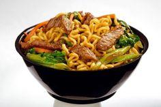 Como fazer yakisoba tradicional. Yakisoba é um prato de gastronomia chinesa composto por macarrão do tipo sobá, legumes e carne. É presença obrigatória em festas tradicionais dos povos orientais, e por ser tão saboroso e fácil de pre...