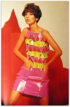 Entre 1967 e 1970, Paco Rabanne passou por um período rico em materiais revolucionários e experimentos de projetos, como vestidos de papel, modelos de couro fluorescentes, metais, alumínio martelado e jersey de malha com peles.   http://sergiozeiger.tumblr.com/post/111877024208/paco-rabanne-nascido-francisco-rabaneda-y-cuervo