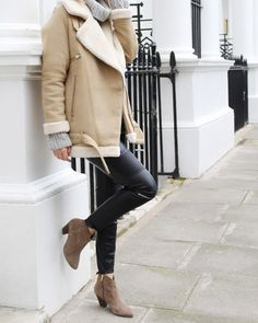 Beige shearling is a definite trend. We love Chrissabella Pink's choice to pair her jacket with cropped leather leggings and ankle boots. Opt for a knitted sweater too if you desire extra cosiness. Jumper: COS, Boots: My Habit. Summer Outfits For Teens, Casual Winter Outfits, Outfit Winter, Winter Leggings, Sweaters And Leggings, Outfit Invierno, Outfit Trends, Outfit Ideas, Shearling Jacket