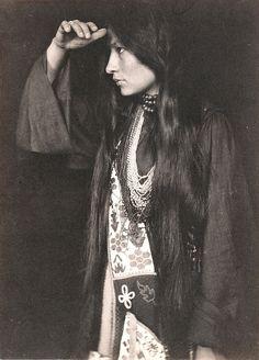 Zitkala-Sa - Zitkala-Sa - Wikipedia Native American Music, Native American Wisdom, American Indians, Sioux Nation, Mother Images, Alfred Stieglitz, Queen Of England, Princess Margaret, Photography Contests