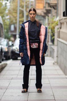 トルコの北に位置する国、ジョージアの首都トビリシで開催された「メルセデスベンツ・ファッション・ウィーク・トビリシ」の会場から最新のストリート・スナップをお届け。