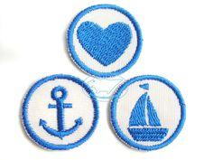 Boot-Anker-Herz-Set Applikationen Aufbügler blau für 4.50 EUR Applikationen-Set *Segel-Liebe* zum Aufbügeln! 3 kleine maritime Motive Segelboot, Anker und Herz in blau sind perfekt für alle großen und kleinen Wasserratten.   Verschönere Deine Sachen mit lustigen Sprüchen, Namen oder Initialen! Einfach aufbügeln, fertig!  Die Mini-Aufbügler sind 3cm klein und wie geschaffen um kleine Löcher oder Flecken abzudecken. Macht auch Freude als kleines Geschenk für die Schultüte, Adventskalender…