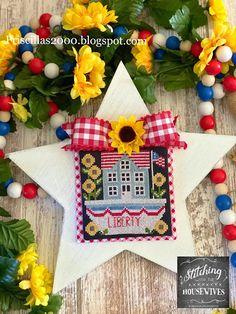 Priscillas: Liberty .. Dapper Doodads 1st Christmas, Christmas Wreaths, Queen Bees, Sea Queen, Book Page Wreath, Patchwork Heart, Diy Chalkboard, December 17, Hello Summer