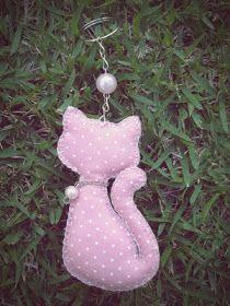 Chaveiros em vários modelos prontinhos para levar as chaves com muito mais graça. Gatinhas, passarinhos e até nuvem. Espia só: Sewing Toys, Sewing Crafts, Sewing Projects, Cat Crafts, Diy And Crafts, Arts And Crafts, Felt Fabric, Fabric Dolls, Diy Mermaid Tail