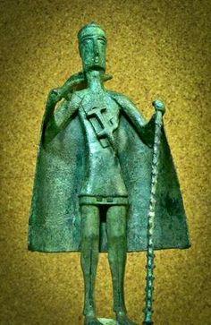 Il bronzetto sardo è una scultura bronzea tipica dell'antica civiltà nuragica diffusa in Sardegna durante l'Età del bronzo. Gli archeologi non sono riusciti ancora a datare le figurine con precisione anche se si presume siano state realizzate nel periodo che va dal IX secolo a.C. al VI secolo a.C. Carthage, Sardinia Italia, Bronze Age, Ancient History, Archaeology, Vignettes, Tattoo, Prehistory, Sardinia