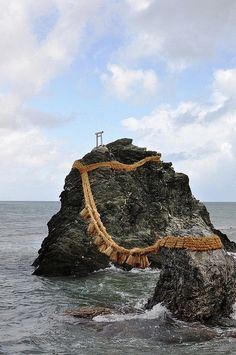 Meoto Iwa (夫婦岩) are a couple of small rocky stacks in the sea off Futami, Mie… Nikko, Okinawa, The Places Youll Go, Places To See, Hiroshima, Altar, Japanese Temple, Go To Japan, Photos Voyages
