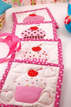 Mug rug Cupcakes - could use similar idea for pot holders Table Runner And Placemats, Quilted Table Runners, Quilting Projects, Sewing Projects, Craft Projects, Small Quilts, Mini Quilts, Fabric Crafts, Sewing Crafts