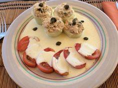 Pepinos rellenos de atún, alcaparras y aceitunas con tomate.