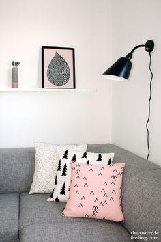 Sofá cinza + parede branca + almofadas coloridas e fofas =♡