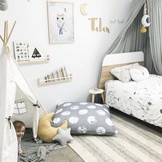 There is so much I love about neutral kid's rooms, but one of the best parts is it makes it so much easier for the space to grow with them. Here's an example of a beautiful gender neutral space that has been accessorized for fun and creativity now, that can easily adapt as the child grows.  Photo by @teaching.talan