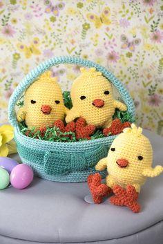 Three Chicks in a Basket, easter crochet pattern, free crochet pattern Easter Crochet Patterns, Crochet Basket Pattern, Knitting Patterns, All Free Crochet, Crochet Yarn, Crochet Toys, Kids Crochet, Crochet Chicken, Diy Ostern