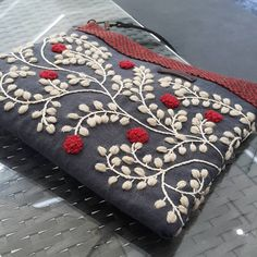 Crossbag, red.  Yumiko higuchi 의 도안 응용♡  #프랑스자수 로 #크로스백 #수놓기 #빨강 이 땡겨... 찬바람부니~ #embroidery #stitch #needlework #handmade #crossbag #red