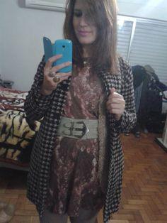 look vestido floral Tok, colete tricot, pied a poule, frio