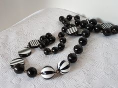 Jewelry Ads, Vintage Jewelry, Plastic Jewelry, Napkin Rings, Black And White, Collection, Home Decor, Black White, Blanco Y Negro