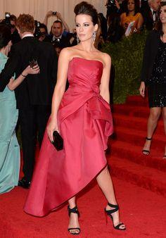 Muy guapa, pero poco #punk, #KateBeckinsale que eligió un  #vestido asimétrico color fresa de #AlbertaFerretti.