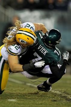 Clay Matthews Clay Matthews of the Green Bay Packers sacks Michael Vick Packers Baby, Go Packers, Packers Football, Football Season, Football Team, Football Helmets, Greenbay Packers, Football Pics, Football Parties