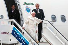 https://flic.kr/p/yNcix7 | CUBA-LA HABANA-LLEGA A CUBA EL PAPA FRANCISCO | Su Santidad Papa Francisco arriba al Aeropuerto Internacional José Martí, en La Habana, el 19 de septiembre de 2015, iniciando así  su viaje Apostólico a Cuba.    AIN   FOTO/Calixto N. LLAMES/Juventud Rebelde/sdl
