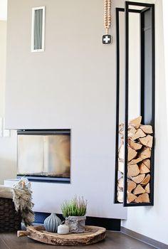 Stylische Aufbewahrung des Holzes neben dem Kamin. Klare Linien