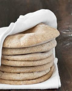 Homemade whole wheat pita bread: serve it with hummus or fill it up with whatever you prefer. Super easy to make, soft, chewy and so good! Naan, Whole Food Recipes, Cooking Recipes, Vegetarian Recipes, Whole Wheat Pita Bread, Good Food, Yummy Food, Tasty, Baking Stone