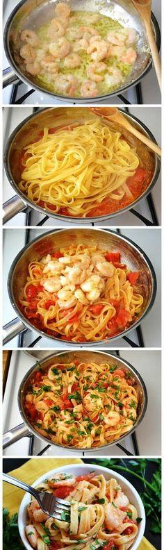 Egg noodles with shrimp and tomato.  Tallarines de huevo con langostinos y tomate. Subido de Pinterest. http://www.isladelecturas.es/index.php/noticias/libros/835-las-aventuras-de-indiana-juana-de-jaime-fuster