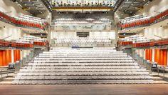 Dit is een foto van de grote zaal, hier worden meestal de grote voortellingen ingehouden! Er zijn allemaal verschillende verdiepingen waar stoelen zijn