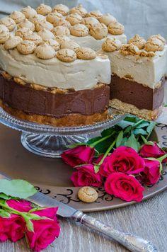 De tortul asta cu ciocolata si amaretti ma leaga niste amintiri tare placute! L-am pregatit cu drag cu ocazia aniversarii noastre, 8 ani de casatorie. De fapt, a fost cel de-al doilea, pentru ca pe primul il stiti deja, este tortul cu inghetata de lamaie si zmeura. Insa pe acesta cu ciocolata nu am mai … Raspberry Torte, Romanian Desserts, Chocolate Torte, French Pastries, Something Sweet, Cookie Recipes, Cheesecakes, Bakery, Sweet Treats