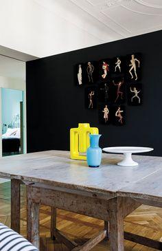 Un appartamento d'epoca a Milano con uno spettacolare parquet e un mix eclettico di stili ed epoche.