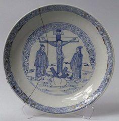 Image pieuse version chinoise : assiette, porcelaine à décor de crucifixion peint en cobalt sous couverte, Chine, fin 17e s., Musée de l'Hermitage.