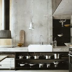 Black and stone kitchen with open shelving Industrial House, Vintage Industrial, Industrial Office, Industrial Farmhouse, Industrial Lighting, Concrete Kitchen Counters, Kitchen Board, Stone Kitchen, Scandi Style