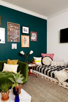 Spruce Street Commons' Mod–Boho Makeover at Touraine apartment building. That teal wall! Bedroom Green, Bedroom Colors, Home Bedroom, Bedroom Decor, Emerald Green Bedrooms, Unique Home Decor, Diy Home Decor, Best Decor, Teal Walls