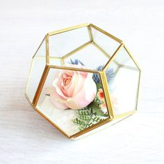 Get modern vases for your DIY wedding arrangements or home decor like this Hira pentagon geometric glass floral vase in clear with gold edges. Use to create a gorgeous submersible centerpiece with fillers, succulents, flowers, and lights! Gold Terrarium, Terrarium Centerpiece, Succulent Centerpieces, Centerpiece Flowers, Centerpiece Ideas, Terrarium Ideas, Terrariums, Simple Wedding Centerpieces, Wedding Arrangements