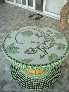 lovely mosaic tiling to finish off this spool table. Mosaic Crafts, Mosaic Projects, Mosaic Art, Mosaic Glass, Mosaic Tiles, Wooden Spool Tables, Wooden Spools, Mosaic Furniture, Mosaic Madness