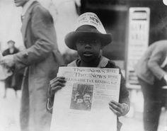 IlPost - Strillone, 1921 - Un bambino afroamericano vende per strada a Washington DC il emWashington Daily News/em. In testa ha un cappellino con scritto emHai letto il News? Un centesimo/em. La foto è stata scattata l8 novembre del 1921.  (a href=http://www.flickr.com/photos/67331818@N03/8507561923/Library of Congress/a)