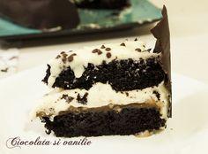 Un tort delicios și lipicios cu straturi dense de blat cu cacao, caramel cu nuci și o cremă cu mascarpone și ciocolată albă.