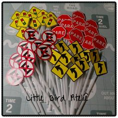 Plaquinhas de trânsito para decorar docinhos e cupcakes! Orçamento através do littlebirdatelie@gmail.com