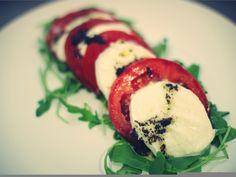 Healthy food, tomates con mozzarella y olivada, comida sana