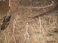 """Pétroglyphes de Gobustan : chasseurs et bateau L'age des Pétroglyphes varie selon les sources : de -20000 B.C. à la fin de l'Antiquité... L'anthropologue Norvégien Thor Heyerdahl étudia les sites de Gobustan en 1989 et en 1994 dans sa """"Recherche d'Odin"""". Il a notamment noté l'existence de similitudes avec les fameux bateaux de roseaux gravés sur les pierres et ceux de Scandinavie."""