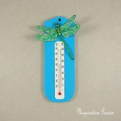 Thermomètre bleu libellule soie verte - Un grand marché Decoration, Creations, Christmas Ornaments, Holiday Decor, Support, Dimensions, Passion, 3d, Crochet