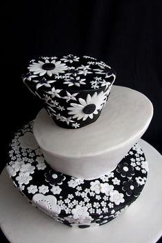 amazing cake design/ www.volusiacountyweddingflowers/ www.callaraesfloralevents.com