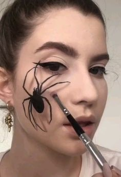 Looking for for ideas for your Halloween make-up? Browse around this website for cute Halloween makeup looks. Halloween Kunst, Cute Halloween Makeup, Scary Halloween Costumes, Halloween Crafts, Half Face Halloween Makeup, Halloween Ideas, Riverdale Halloween Costumes, Halloween Eyeshadow, Scarecrow Makeup