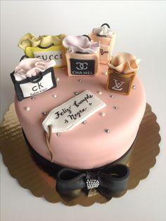 Torta cumpleaños bolsas regalo 21st Birthday Cupcakes, Gold Birthday Cake, Birthday Cakes For Women, Birthday Cake Girls, Fancy Cakes, Cute Cakes, Beautiful Cakes, Amazing Cakes, Bolo Chanel