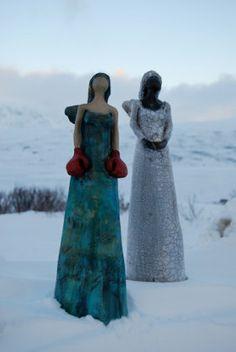 Skulptør Elisabeth Helvin har laget noen fantastiske engler med røde boksehansker - de som kjemper for oss når vi ikke kan kjempe selv