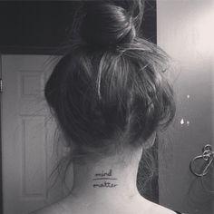 """Pequeño tatuaje en la nuca que dice """"mind over matter"""", que significa """"la mente sobre la materia""""."""